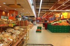 Återförsäljnings- arbete i supermarket Royaltyfri Foto