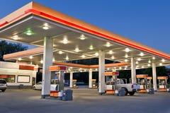 Återförsäljnings- bensinstation och servicebutik Arkivbild