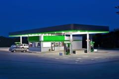 Återförsäljnings- servicebutik- och bensinstation Royaltyfria Bilder