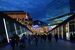 Återförsäljnings- shoppinggalleriamitt Utomhus afton royaltyfri bild