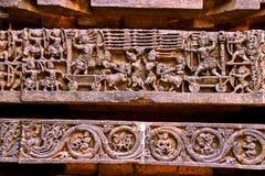 Återgivning av den Rama-Ravana krigepisoden från Ramayana, på grunden av templet, Hoysaleshwara tempel, Halebidu, Karnataka royaltyfri fotografi