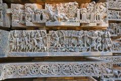 Återgivning av det Arjuna-Bhishma kriget från Mahabharata, på grunden av templet, Hoysaleshwara tempel, Halebidu, Karnataka arkivfoton