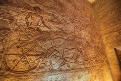 Återgivning av Ramesses II i en triumfvagn med hästar och lejon royaltyfria bilder