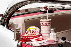 Återgivning i-n-ut hamburgaredrive-inbiorestaurang Arkivfoto