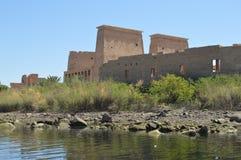 Återgivningar av forntida Egypten på den Philae templet, Aswan arkivfoton