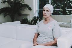 Återställa kvinnan remission klinik stämpel för fund för find för bröstcancerbotslagsmål post royaltyfri foto