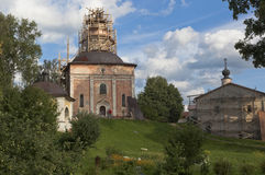Återställande av kyrkor av halshuggningen av St John det baptistiskt och av Sergius av Radonezh med en matsal i Kirillo-Belozersk arkivbilder