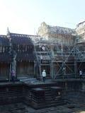 Återställandearbetare som bygger scaffhold i Angkor Wat, i Siem Reap Royaltyfri Foto