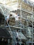 Återställandearbetare som bygger scaffhold i Angkor Wat, i Siem Reap Arkivfoto