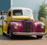 Återställd antik internationell lastbil Arkivbild