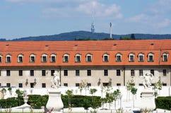 Återställd barockträdgårdBratislava slott Bratislava huvudstad av Slovakien royaltyfri bild