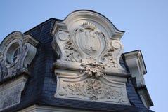 Återställd fasad Blått tak på bakgrund för blå himmel Arkivbilder