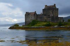 Återställd medeltida Eilean Donan slott i Kyle av Lochalsh, västra Skottland Arkivfoton