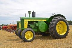 Återställd traktor för 720 John Deere Arkivfoto