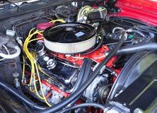 Återställd V8 motor i en amerikansk modell Car för 70-tal Royaltyfria Foton