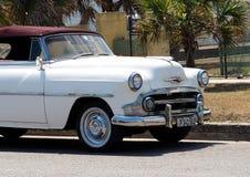 Återställd vit och Bourgogne Chevrolet i Kuba Arkivfoton