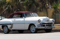 Återställd vit och Bourgogne Chevrolet i Kuba Royaltyfri Fotografi