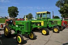 Återställda gamla John Deere M, 4020 och 520 traktorer Arkivbilder