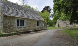 Återställda skolarum- & prästgårdstugor, Tyneham royaltyfria foton