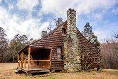 Återställt historiskt wood hus i uwharriebergskogen arkivbild