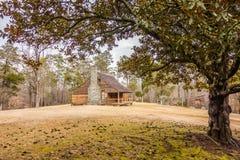 Återställt historiskt wood hus i uwharriebergskogen royaltyfri fotografi