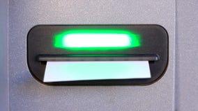 Återta en kontroll från en bankomat med en närbild stock video