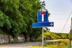 Återvändsgrändväg- och riktningstecken Royaltyfria Bilder