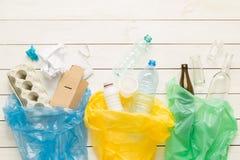 Återvinning och ekologi - sorteringavfalls in i påsar arkivfoton