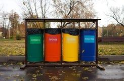 Återvinningavfallbehållare Arkivfoto