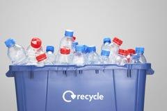 Återvinningbehållare som fylls med tomma plast- flaskor royaltyfria foton
