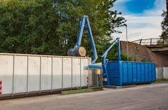 Återvinninggård med press och behållare Arkivfoton