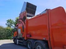 Återvinningmedel, lastbil, ett tungt kommersiellt medel på arbete royaltyfri bild