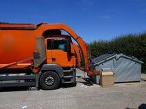 Återvinningmedel, lastbil, ett tungt kommersiellt medel på arbete fotografering för bildbyråer