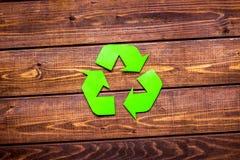 Återvinningsymbol i ecobegrepp på lantlig modell för bästa sikt för bakgrund royaltyfri foto