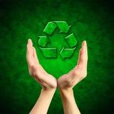 Återvinningsymbolet räcker på Arkivfoto