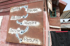 Återvinningtecken längs vägen Arkivfoton
