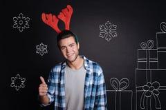 Åtföljande bärande jul för lycklig charmig man royaltyfri foto
