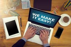Åtlöje för företags identitet upp på ett ädelträskrivbord med bärbara datorn, tabl Royaltyfri Fotografi