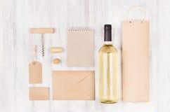 Åtlöje för företags identitet upp för vinbransch med vitt vin för flaska på mjuk vit wood bakgrund arkivbild