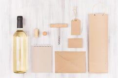 Åtlöje för företags identitet upp för vinbransch, tomma beigea kraft som förpackar, brevpapper, varoruppsättning med vitt vin för royaltyfri foto