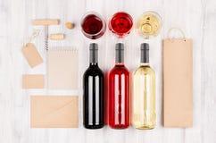 Åtlöje för företags identitet upp för vinbransch - tomt förpacka, brevpapperuppsättning på mjuk vit wood bakgrund fotografering för bildbyråer