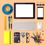 Åtlöje för kontorsskrivbord upp mall med minnestavla-, smartphone- och kontorsobjekt Fotografering för Bildbyråer