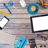 Åtlöje för kontorsskrivbord upp mall med minnestavla-, smartphone- och kontorsobjekt på trätabellen Arkivfoto