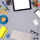 Åtlöje för kontorsskrivbord upp mallbakgrund med minnestavla-, smartphone- och kontorsobjekt Royaltyfria Foton