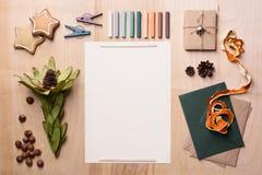 Åtlöje för Xmas-hälsningkort upp mall med kuvert, chalks, muttrar och apelsinskal över träbakgrund Top beskådar Arkivbilder