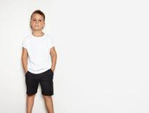 Åtlöje upp av den unga mannen som bär svarta kortslutningar och Royaltyfria Foton