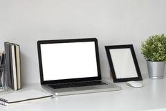 Åtlöje upp bärbar datordatoren på arbetsutrymme arkivfoton