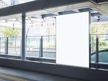 ?tl?je upp baneraffischmassmedia som annonserar modern byggnad f?r sk?rm arkivfoto