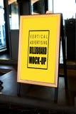 Åtlöje upp den vertikala affischtavlan som annonserar framdelen av baren fotografering för bildbyråer