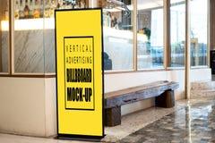 Åtlöje upp den vertikala affischtavlan som annonserar framdelen av baren arkivbild